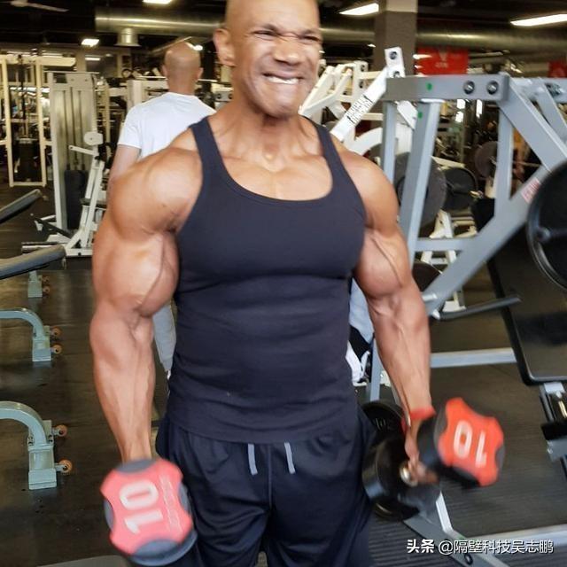 55岁老哥的肱二头肌不逊于巅峰施瓦辛格,已坚持健身35年